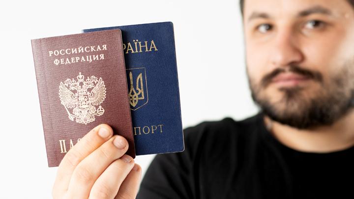 «Кривой перевод с русского»: соцсети издеваются над раздачей украинских паспортов