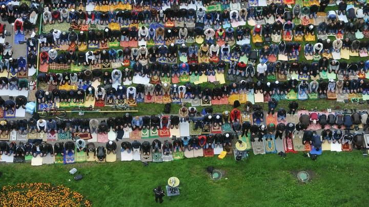 Тысячи мусульман отмечаютКурбан-байрам в Московской соборной мечети
