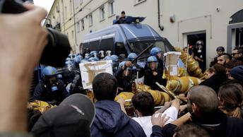 Массовые беспорядки в Турине: полиция разгоняет протестующих газом