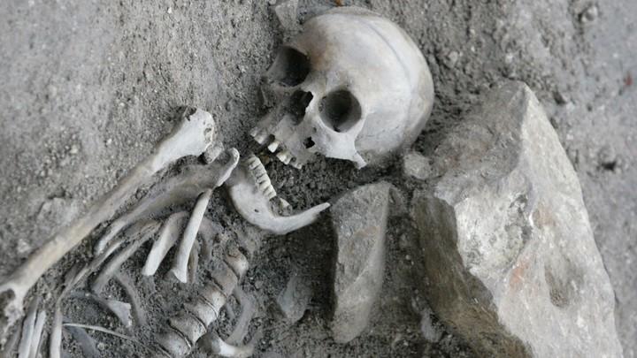 На территории клиники в центре Москвы нашли останки человека, закопанного в 1960-х