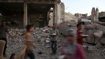 Российские военные накормили 1,5 тысячи беженцев из сирийского Эр-Растана