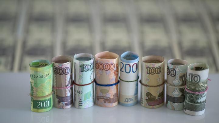 Рубль демонстрирует летний антирекорд: И евро, и доллар подскочили в цене