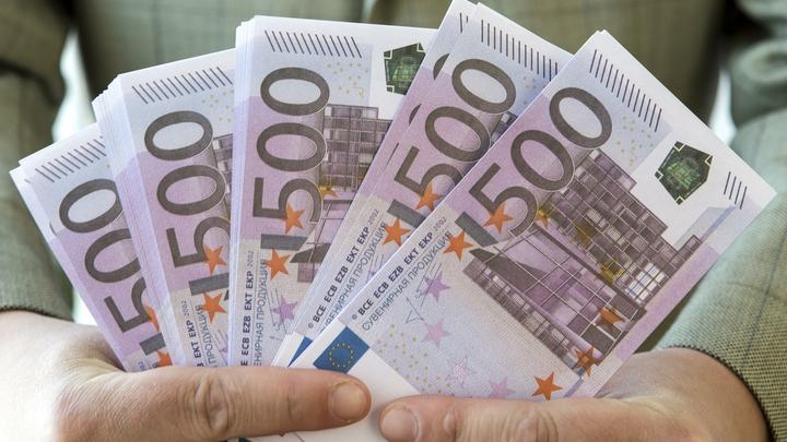 Перед длинными выходными доллар и евро укрепили позиции