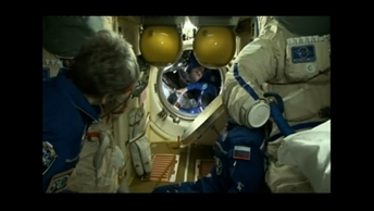 Космонавты на МКС показали, как пишут этнографический диктант