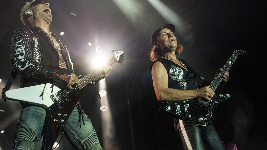 На концерте в Петербурге Scorpions ударили по струнам под флагами России