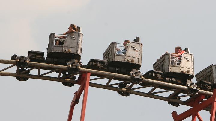 Посетители американских горок в Сочи зависли вверх тормашками