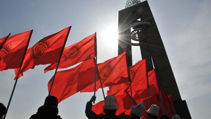 Новый президент Киргизии принял военный парад