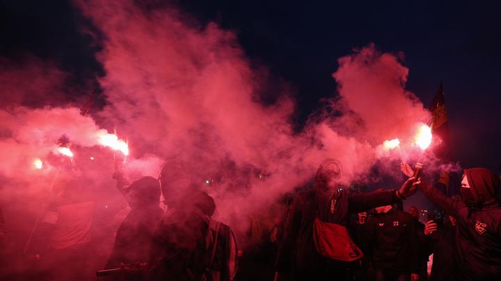 Украинские фашисты устроили факельный бунт против полиции