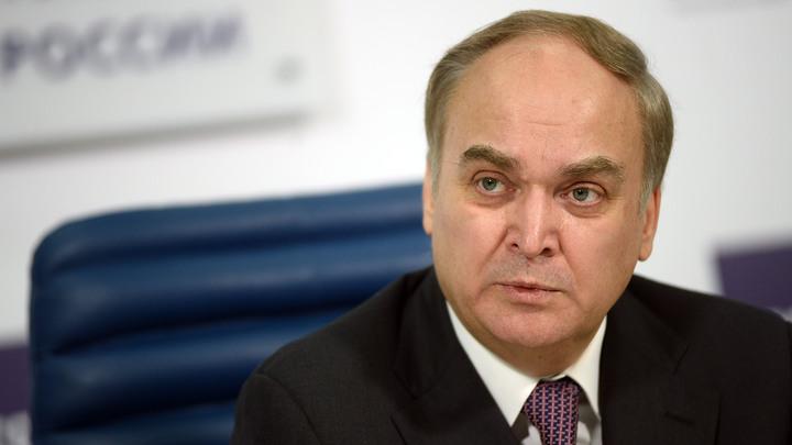 Американскому дипломату из черного списка напомнили о России бутылкой водки