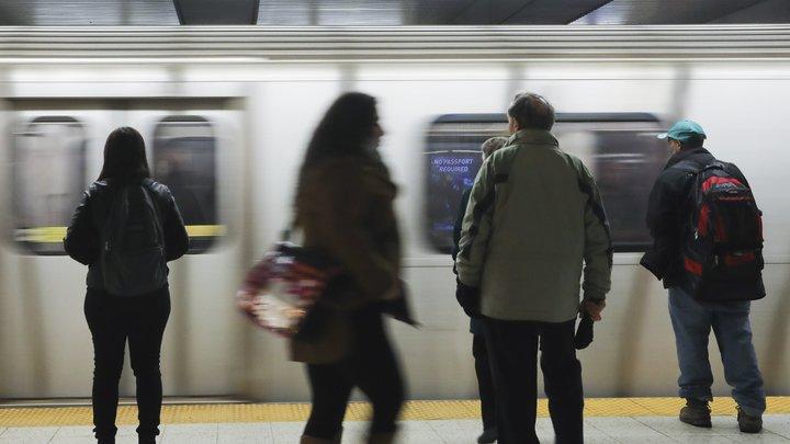 В Киеве голый мужчина напал на полицию и попытался угнать поезд в метро
