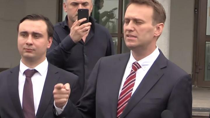Кандидат, которого нет: В предвыборном ролике Навальный прикрыл Крым на карте Россией