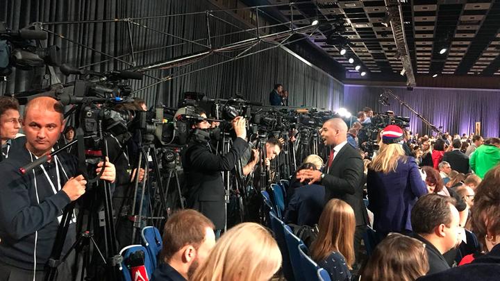 В борьбе за микрофон журналисты проявили чудеса изворотливости
