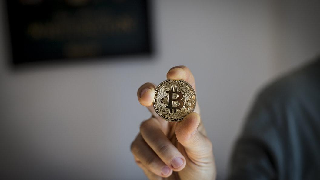 После начала торговли фьючерсами биткоин рухнул практически на2 тысячи долларов