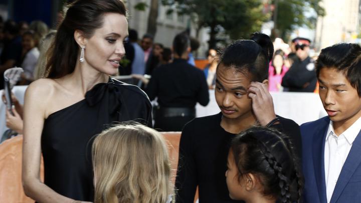 До гражданства недалеко: Сын Анджелины Джоли учит русский язык