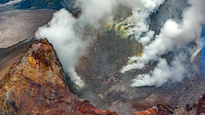 Засыпанный пеплом от вулкана город на Камчатке попал на видео