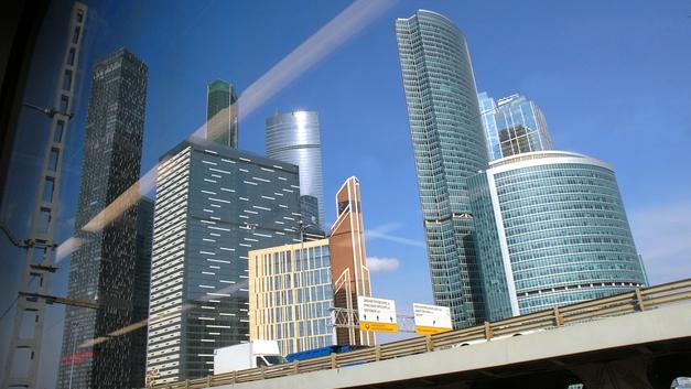 Счастье прямо в пробке: Дорожные табло в Москве начали поздравлять с Новым годом