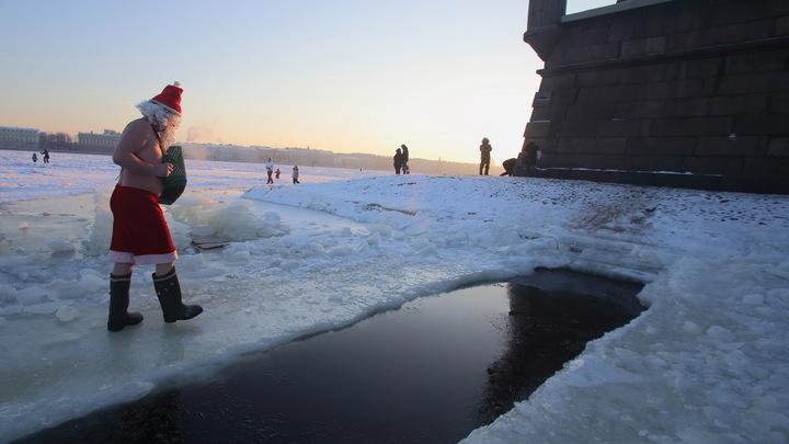 Русские и их забавы: Австрийцы впечатлены российской традицией закаляться ледяной водой