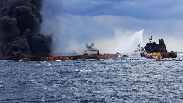 Найдены тела двух моряков с танкера, столкнувшегося с сухогрузом близ Китая