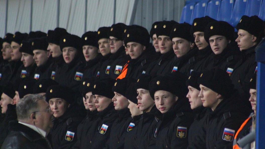 Парни вфутболках МЧС поддержали ульяновских курсантов похожим видео