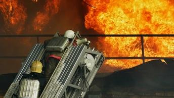 Более 50 пожарных тушат полыхающий овощной склад в Омске