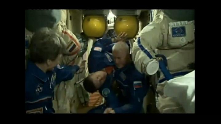 8 часов 13 минут: Российские космонавты побили рекорд по пребыванию в открытом космосе