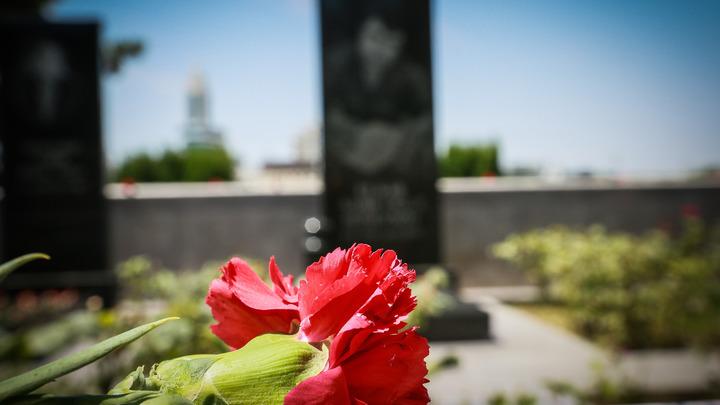 Москвичи несут цветы к зданию Минобороны в честь майора Филипова