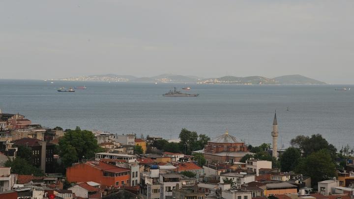 Корабль НАТО храбро пошел на сближение с российским транспортником в Босфоре