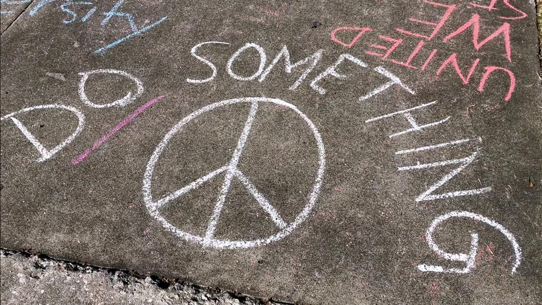 Школьники устроили лежачий протест около Белого дома после бойни воФлориде