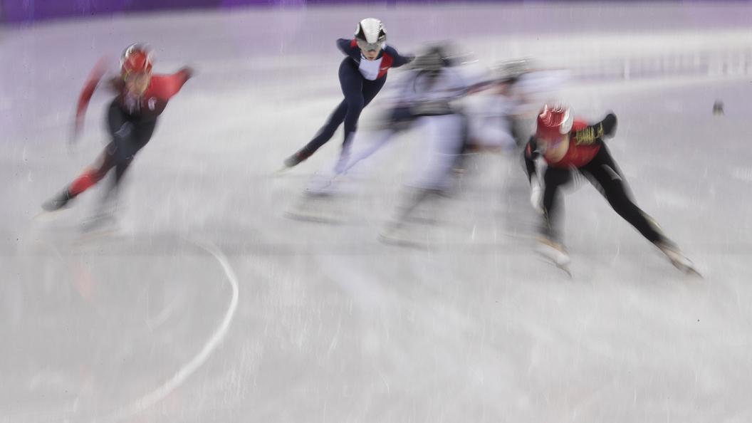«Дизайнер— извращенец»: вСети высмеяли форму конькобежцев изСША