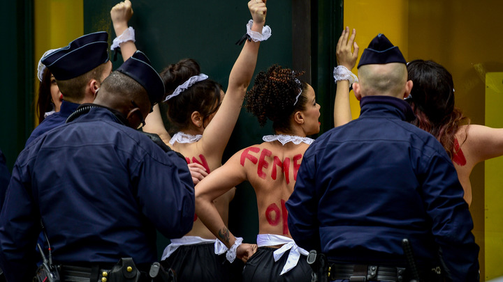 Скандалистке из Femen сорвали голую акцию при допросе Порошенко в суде
