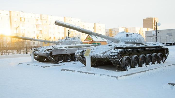 В Подмосковье танк раздавил полицейскую машину
