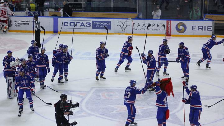 Юный болельщик из США заплакал от счастья, получив клюшку от российского хоккеиста