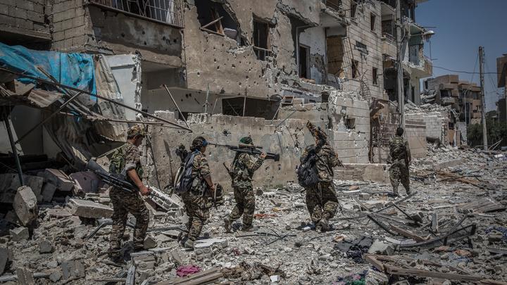 США создали в Ракке угрозу эпидемии из-за погребенных под завалами трупов - МО России