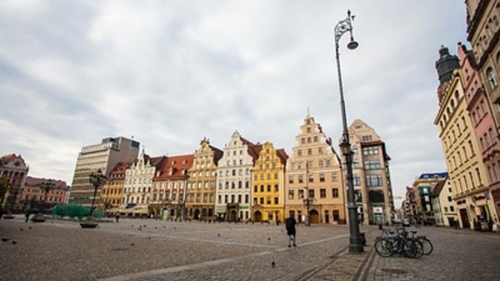 В Польше у украинского посольства разожгли костер из Бандеры и Шухевича