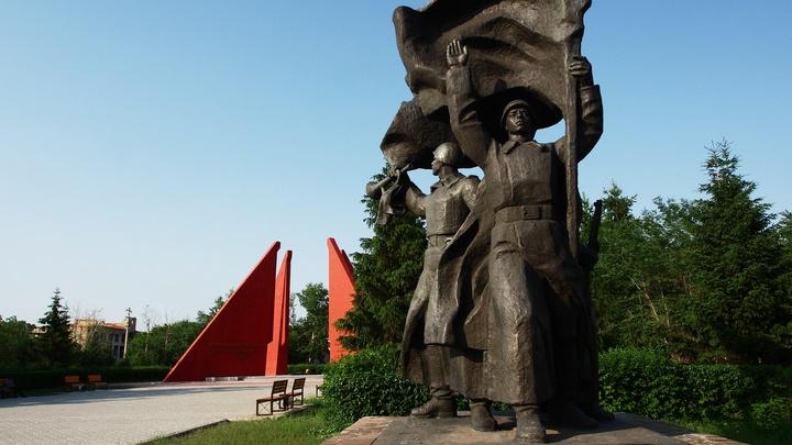 В меру убогой фантазии: В Литве вандалы разрисовали советский памятник