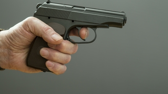 Пистолет папа подарил: Наташа решила проверить подарок расстрелом в школе - фото