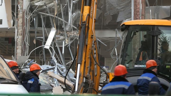 Всей семьей пришли смотреть: 220-метровая башня рухнула в центре Екатеринбурга - видео