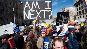 Сотни тысяч школьников устроили в США демарши за контроль над продажей оружия
