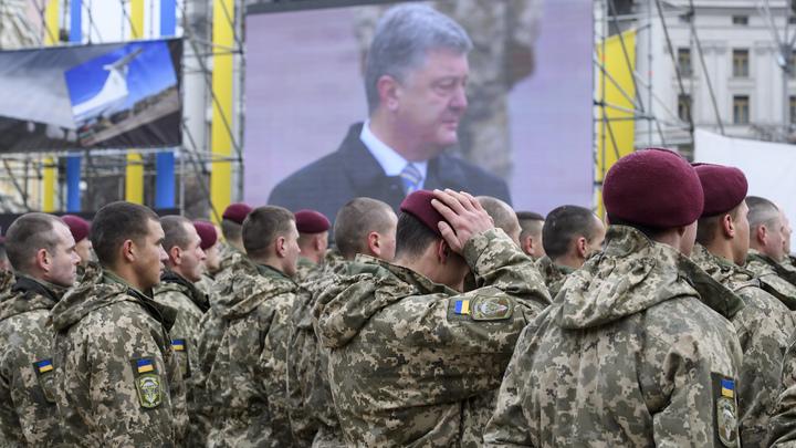 Повальная речь Порошенко: Во время выступления президента солдат рухнул в обморок