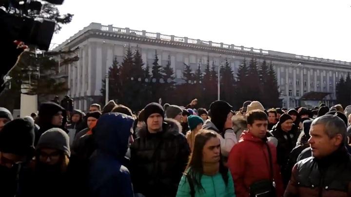 С митинга в Кемерове с позором выгнали провокаторшу, заявившую о 200 могилах после пожара
