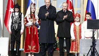 Путин придержал: Эрдоган едва не упал, обходя президента России сзади - видео