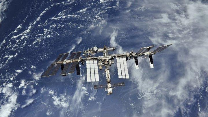 Космический корабль Союз МС-12 с тремя космонавтами на борту стартовал к МКС с космодрома Байконур - видео