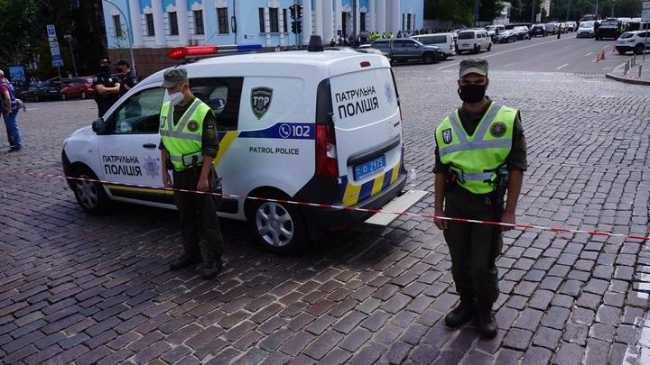 Здесь война! Неонацисты устроили драку с полицией в Киеве