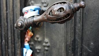 Вандалы во Львове украли с мемориала венок весом в 50 килограммов