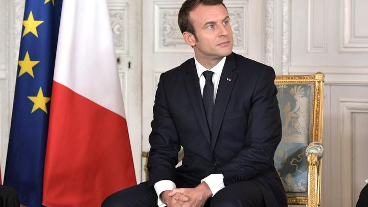 Оскорбил до глубины души: Во Франции арестовали старика за неприличный жест в адрес Макрона