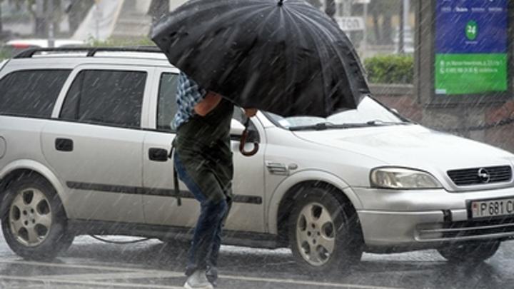 Шорты отменяются, готовьте зонты и боты: Синоптики грозят москвичам ливнями и похолоданием