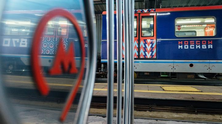 На станции метро Октябрьское поле в Москве сломался поезд