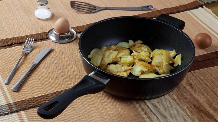 Рассыплется румяными ломтиками: Как правильно жарить картошку, рассказал шеф-повар