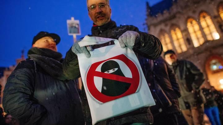 Дания при помощи штрафов заставит снять бурки и балаклавы