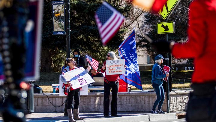 Вооружённая осада: Здание парламента в Мичигане окружили американцы